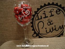Wijnglas gepersonaliseerd met chocoladehartjes