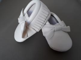 Wit leren schoentje met strik