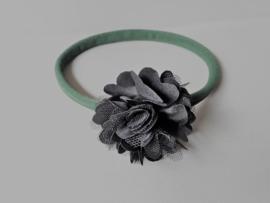 Baby haarbandje groen met zwart bloemetje
