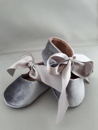 Baby schoentje (grijs fluweel)