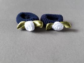 Baby elastiekje blauw met wit roosje