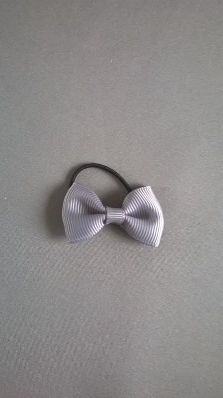 Klein elastiekje met strikje 'grijs'
