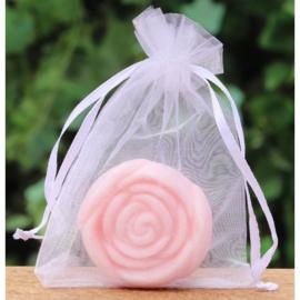 Gastenzeepje roosje rozengeur in een wit organzazakje