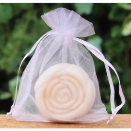 Gastenzeepje roosje coton in een wit organzazakje