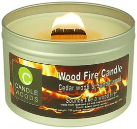 Candle Woods grote knetterende houtvuur geur kaars Cedar wood & Sandalwood in blik met vensterdeksel en houtlont. Ceder en Sandelhout geur.