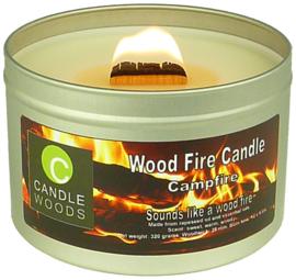 Candle Woods grote knetterende houtvuur geur kaars Campfire in blik met vensterdeksel en houtlont. Kampvuur geur.