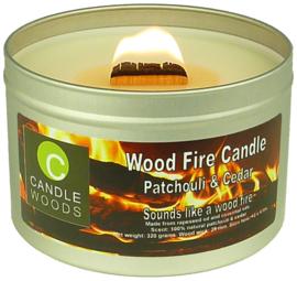 Candle Woods grote knetterende houtvuur geur kaars Patchouli & Cedar in blik met vensterdeksel en houtlont. Patchouli-Ceder geur.