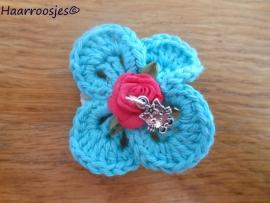Haarlokspeldje, mintgroen gehaakt bloemetje, fuchsia roze roosje en Hello Kitty bedel..