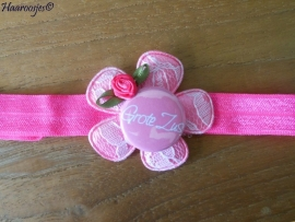 Elastisch haarbandje, fuchsia roze, met roze kanten bloem, `Grote Zus` en roze roosje.