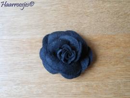 Haarbloem, grote zwarte vilten roos.