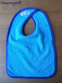 Slabbetje, blauw badstof met kobalt blauw biaisband (eventueel zelf naam of tekst kiezen).