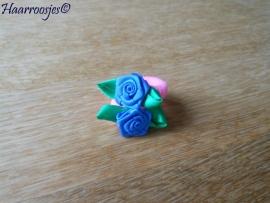 Zachte elastiekjes, klein, lichtroze met blauwe roosje.