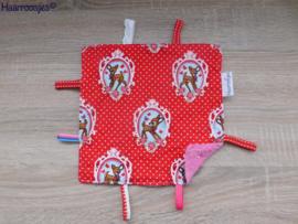 Labeldoekje, rood polkadot met hertjes en roze badstof en 8 labeltjes.