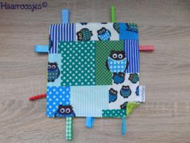 Labeldoekje, patchwork met uiltjes (blauw) en groen badstof en 8 labeltjes.