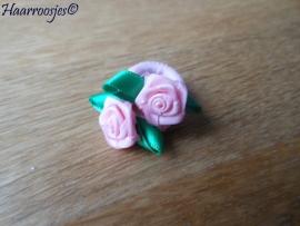 Zachte elastiekjes, klein, lichtroze met een roosje.
