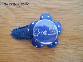 Haarspeldje, peuter/kleuter, jeans, met een donkerblauw polkadot bloemetje en 'Grote zus'..