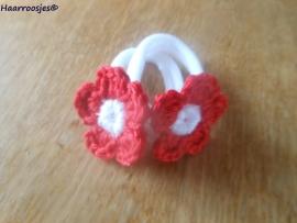 Zachte elastiekjes, groot, wit met rood gehaakt bloemetje met wit hartje.