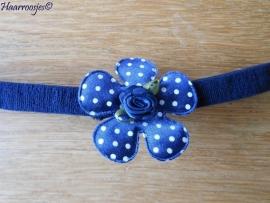 Babyhaarbandje, smal, donkerblauw, met donkerblauwe polkadot bloem en een donkerblauw roosje.
