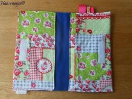 Luieretui, groen/rood patchwork met roosjes en kobalt blauw fleece.