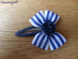 Haarspeldje meisje, met een donkerblauw gestreepte strik met donkerblauw roosje.