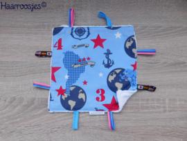 Labeldoekje, blauw met wereldbollen, landkaarten en piratenvlaggen en wit badstof en 8 labeltjes - 2.