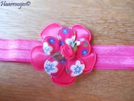 Elastisch haarbandje, felroze, fuchsia roze satijnen bloem, fuchsia roze gebloemd bloemetje en een roze roosje.