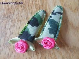 Haarspeldjes, meisje, legerprint groen en een fuchsia roze roos.