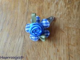 Haarspeldje, new born, met een kobalt blauw geruit bloemetje en kobalt blauw roosje.