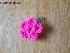 Haarspeldje, new born, met een fuchsia roze gehaakt bloemetje.