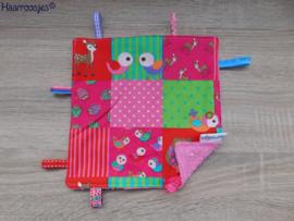 Labeldoekje, patchwork met vogeltjes en roze badstof en 8 labeltjes - 1.
