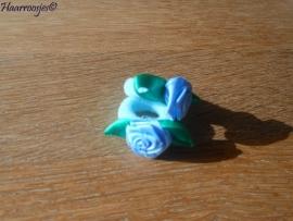 Zachte elastiekjes, klein, lichtblauw met lichtblauwe roosjes.