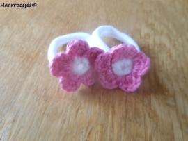 Zachte elastiekjes, groot, wit met roze gehaakt bloemetje met wit  hartje.