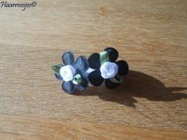 Zachte elastiekjes, klein, wit met zwart bloemetje en wit roosje.