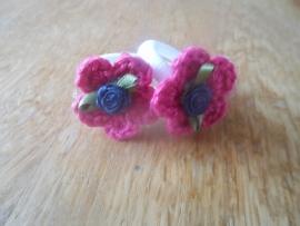 Zachte elastiekjes, groot, wit met fuchsia roze gehaakt bloemetje met grijs hartje en donkerblauw roosje.