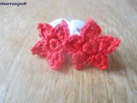 Zachte elastiekjes, groot, wit met rode sterrretjes.