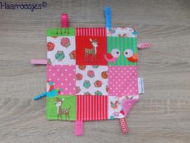 Labeldoekje, patchwork met vogeltjes/hertjes en roze badstof en 8 labeltjes - 1.