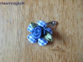 Haarspeldje, new born, met een donkerblauw geruit bloemetje en donkerblauw roosje.