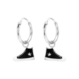 Zilveren oorbellen, zwarte allstars.