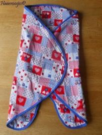 Wrapper, rood/blauw patchwork met hartjes, aardbeien en konijntjes.