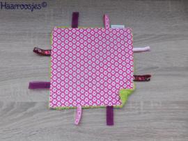 Labeldoekje, roze met witte bloemetjes en groen badstof, met 8 labeltjes.