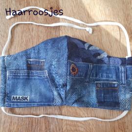 Mondkapje, jeans met zakken en knoop. (M)
