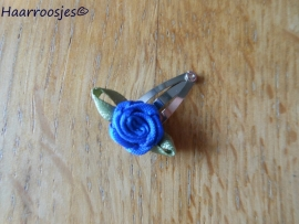 Haarspeldje, new born, met een kobalt blauw roosje.