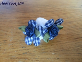 Zachte elastiekjes, klein, wit met donkerblauw geruit bloemetje en donkerblauw roosje.