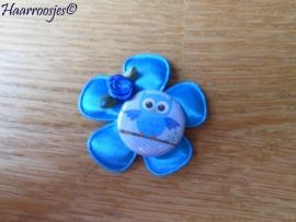 Haarlokspeldje, blauwe satijnen bloem, uiltje en roosje.