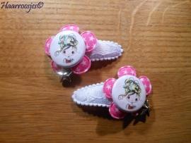Haarspeldjes, peuter/kleuter, wit kant met fuchsia roze bloem met sterretjes en meisje en een bedeltje.