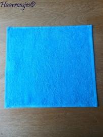 Spuugdoekje, blauw badstof met blauw biaisband (eventueel zelf naam of tekst kiezen) 30 x 30 cm.