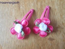 Haarspeldjes, peuter/kleuter, fuchsia roze met fuchsia roze bloemetje en wit roosje.
