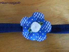 Babyhaarbandje, smal, donkerblauw, met geruite bloem, polkadot bloemetje en een wit roosje.