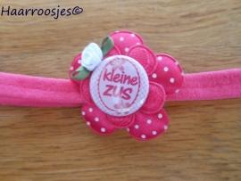 Babyhaarbandje, smal,  fuchsia roze, met polakdot bloem,  kanten bloem, `Kleine Zus` en een wit  roosje.