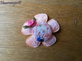 Haarlokspeldje, zalmroze kanten bloem, meisje en roze roosje.